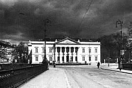 Die Stadtbibliothek in den 1930er Jahren, ein Sturm zieht auf.