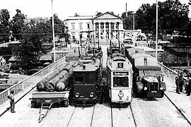 Die bereits teilzerstörte Stadtbibliothek 1943 mit Blick von der Ignatz-Bubis-Brücke